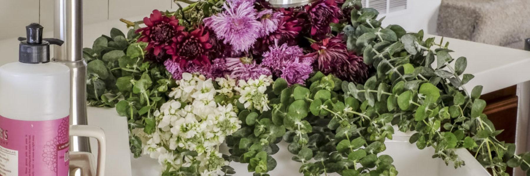 fireclay-farmhouse-sink-flowers