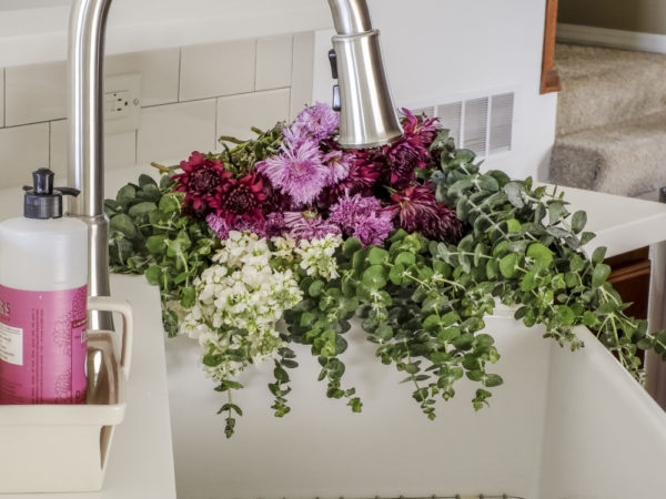 fireclay-farmhouse-sink-flowers