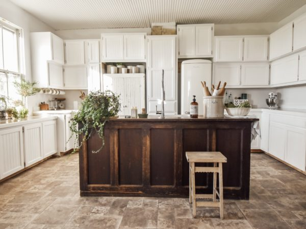 Captivate with the Most Charming Farmhouse Kitchen