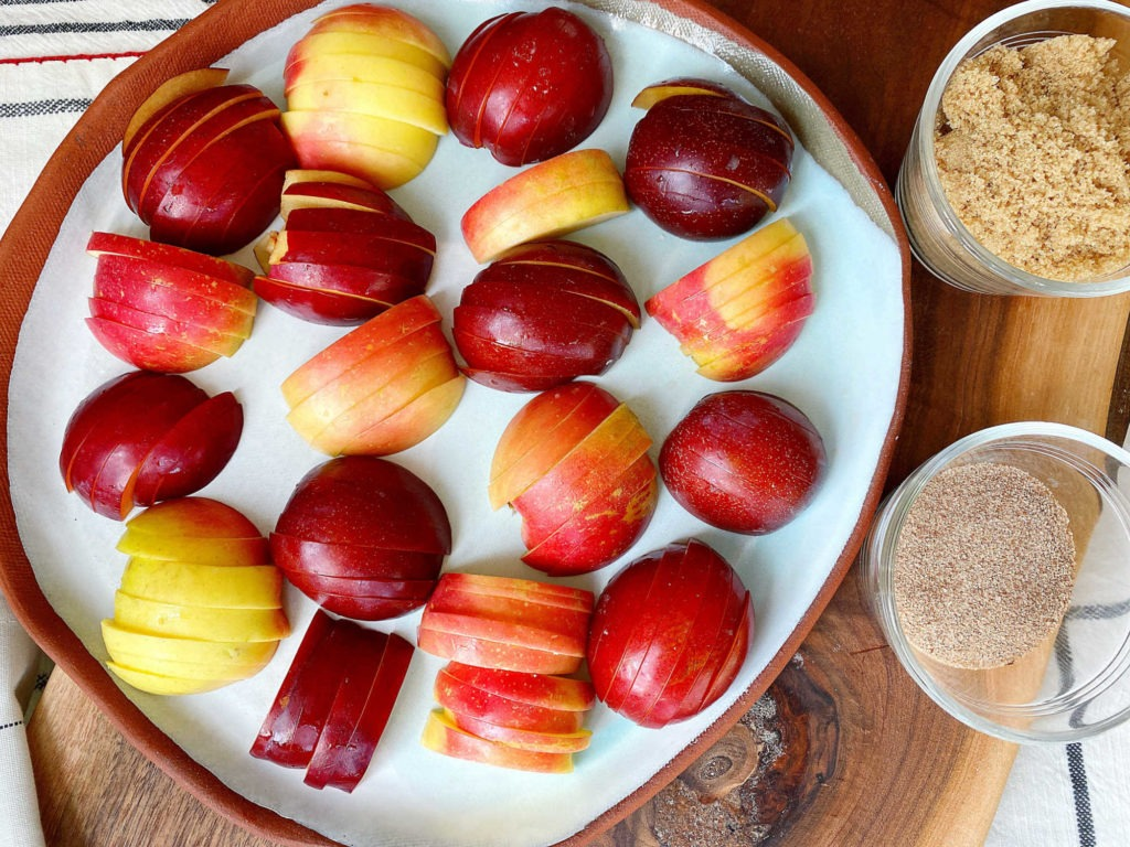sliced apples and plums on tray